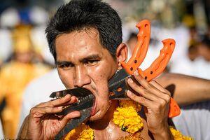 В голове – ножи и шпаги: в Таиланде начался жуткий фестиваль. <strong>Фото 18+</strong>