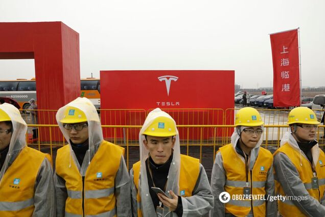 Рабочие слушают Илона Маска на стройке Гигафабрики в Шанхае, Китай