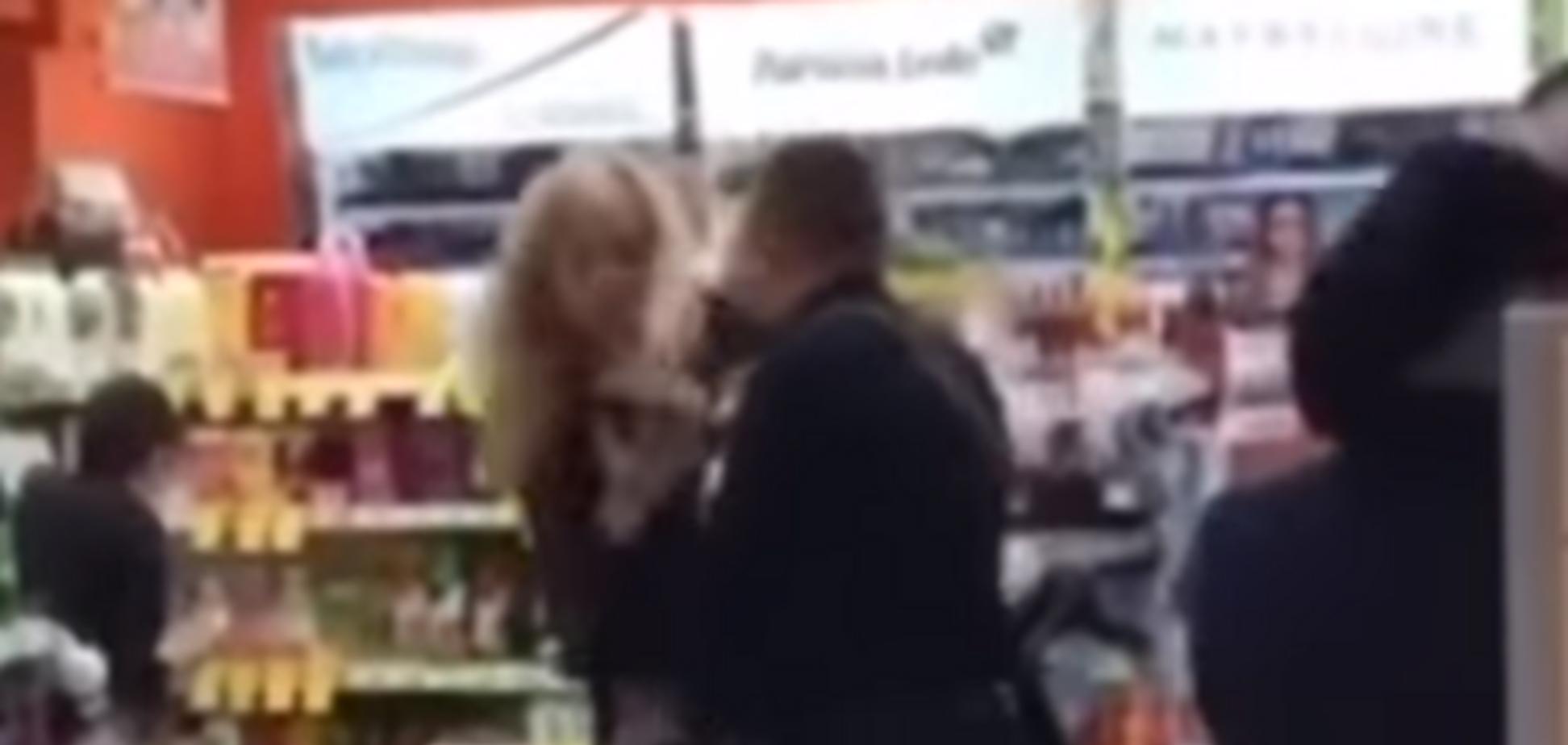 Вдарив та розбив телефон: у Дніпрі поліцейський жорстко затримав жінку. Відео