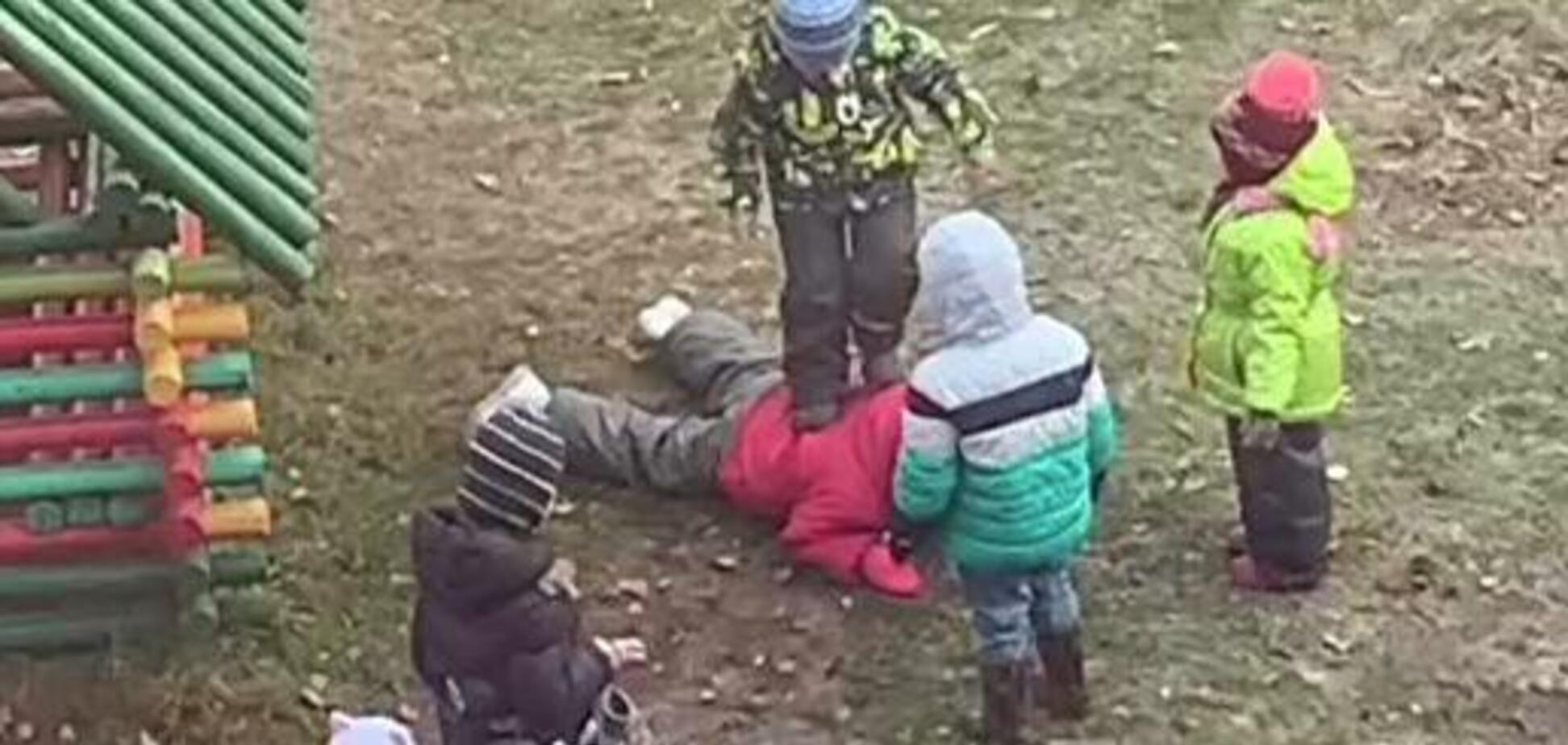 Топтали ногами: у мережу потрапило відео знущань з дитини у дитсадку у Росії