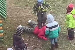 Топтали ногами: в сеть попало видео издевательств над ребенком в детсаде в России