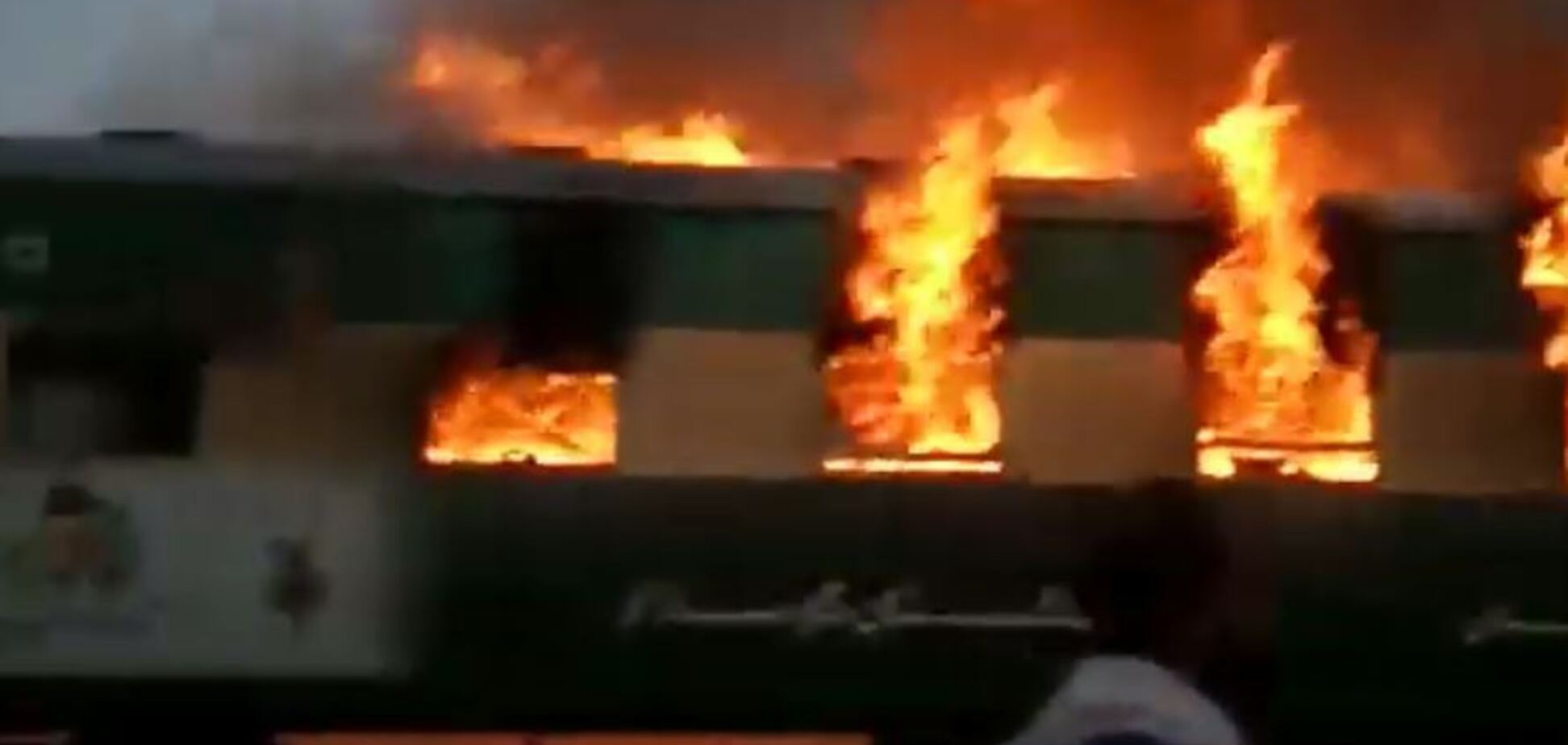 Справжнє пекло: в Пакистані 65 осіб заживо згоріли в потязі. Жахливе відео