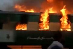 Настоящий ад: в Пакистане 65 человек заживо сгорели в поезде. Жуткое видео