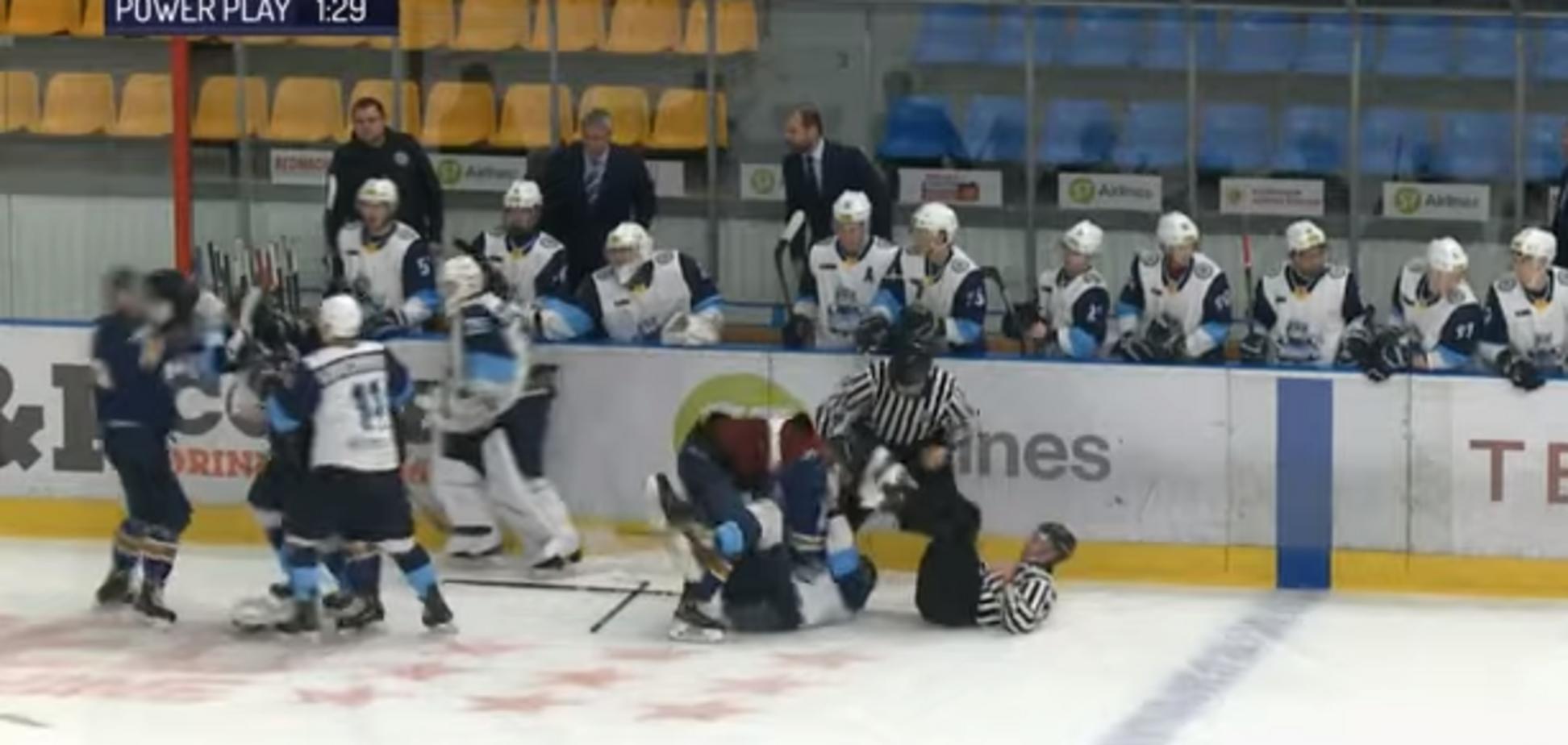 Російські хокеїсти спровокували масове побоїще – опубліковано відео