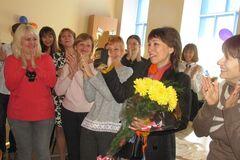 Самую лучшую учительницу Украины в родной школе оригинально поздравили с победой