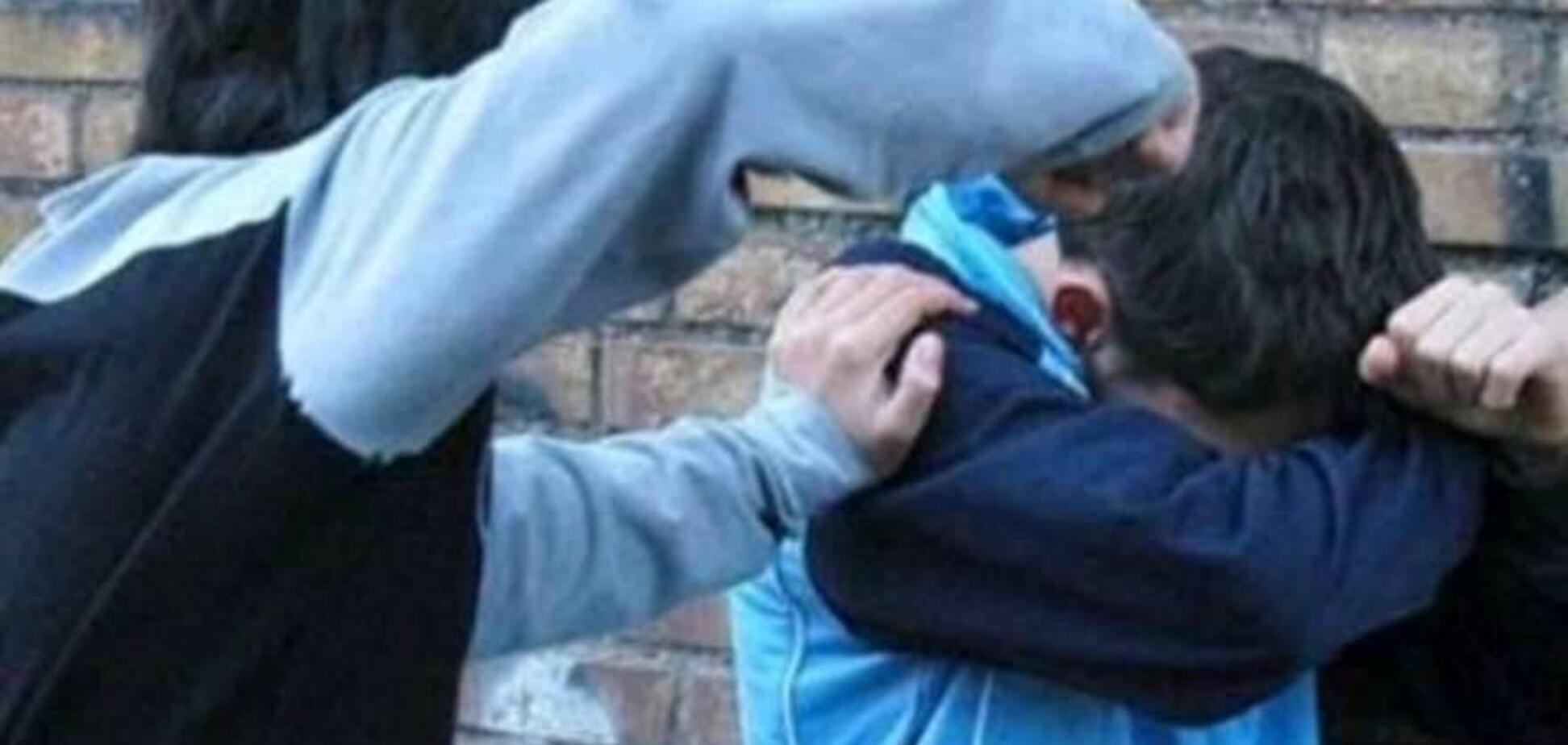'Охоронець пройшов повз': у Росії школяр побив однокласника через низький зріст. Відео