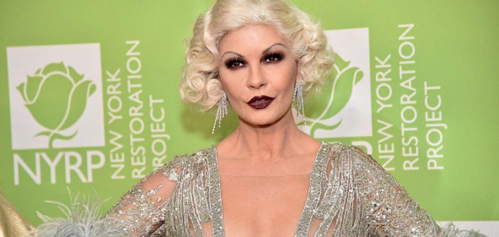 50-летняя звезда Голливуда засветила пышную грудь в прозрачном платье