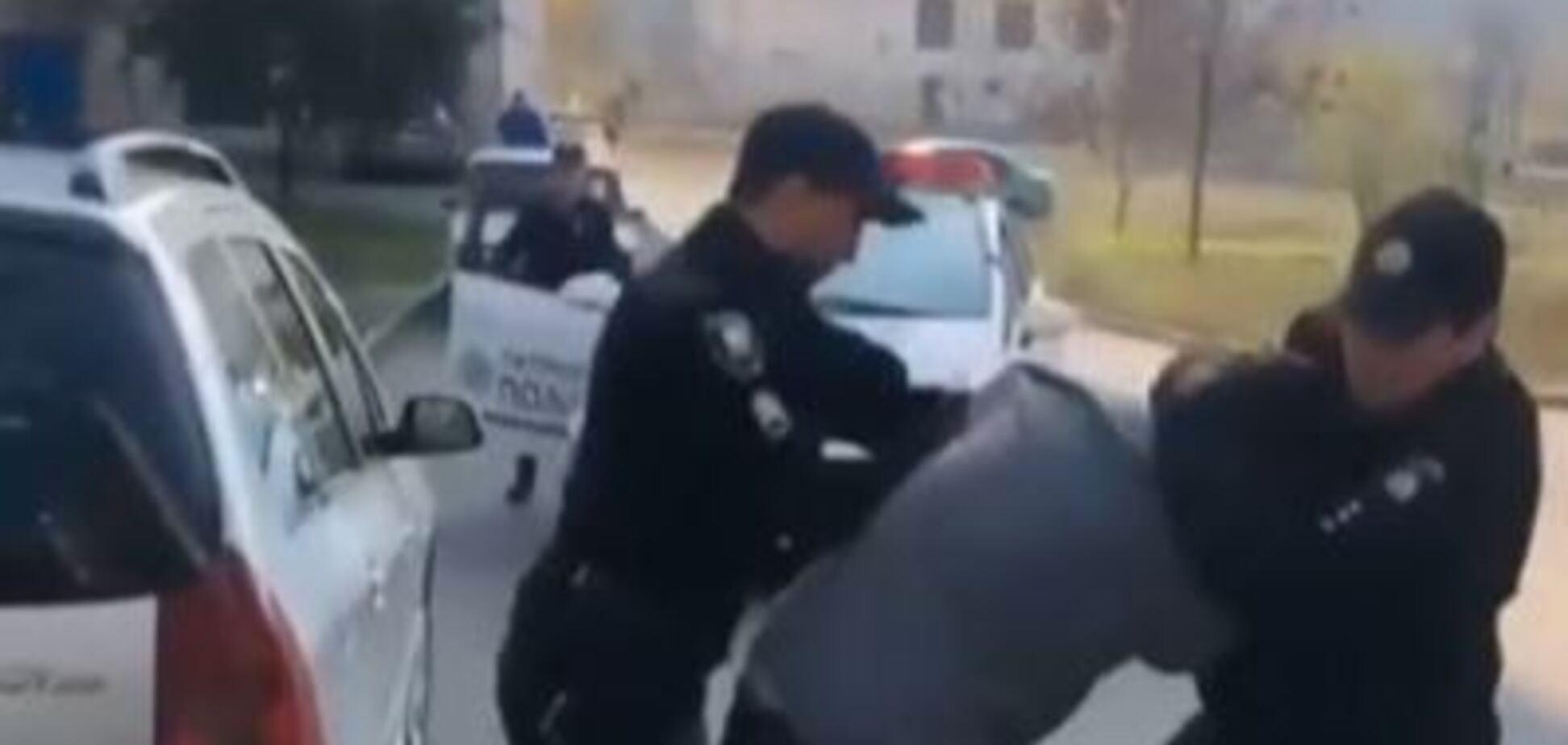 Слышен хруст кости: жесткое задержание украинца копами в Мариуполе попало на видео
