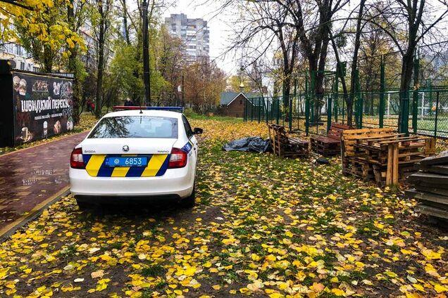 У Києві посеред двору виявили труп чоловіка