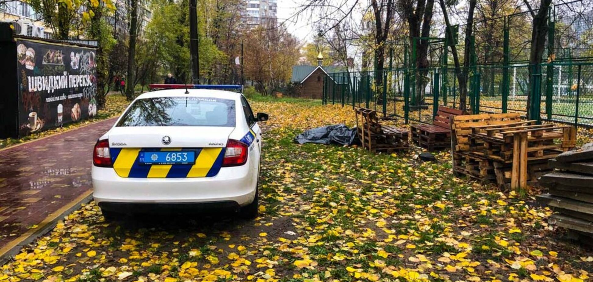 В Киеве посреди двора обнаружили труп мужчины