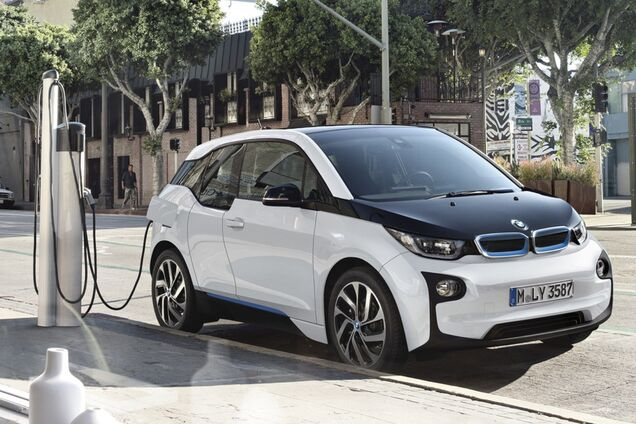 """У Німеччині придумали """"розумні"""" зарядки для електрокарів"""
