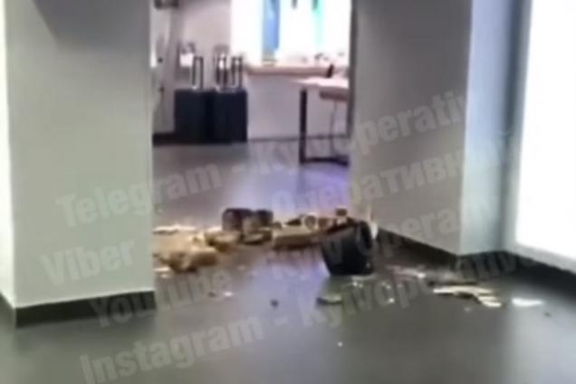 В Киеве в известном ТЦ обвалился потолок