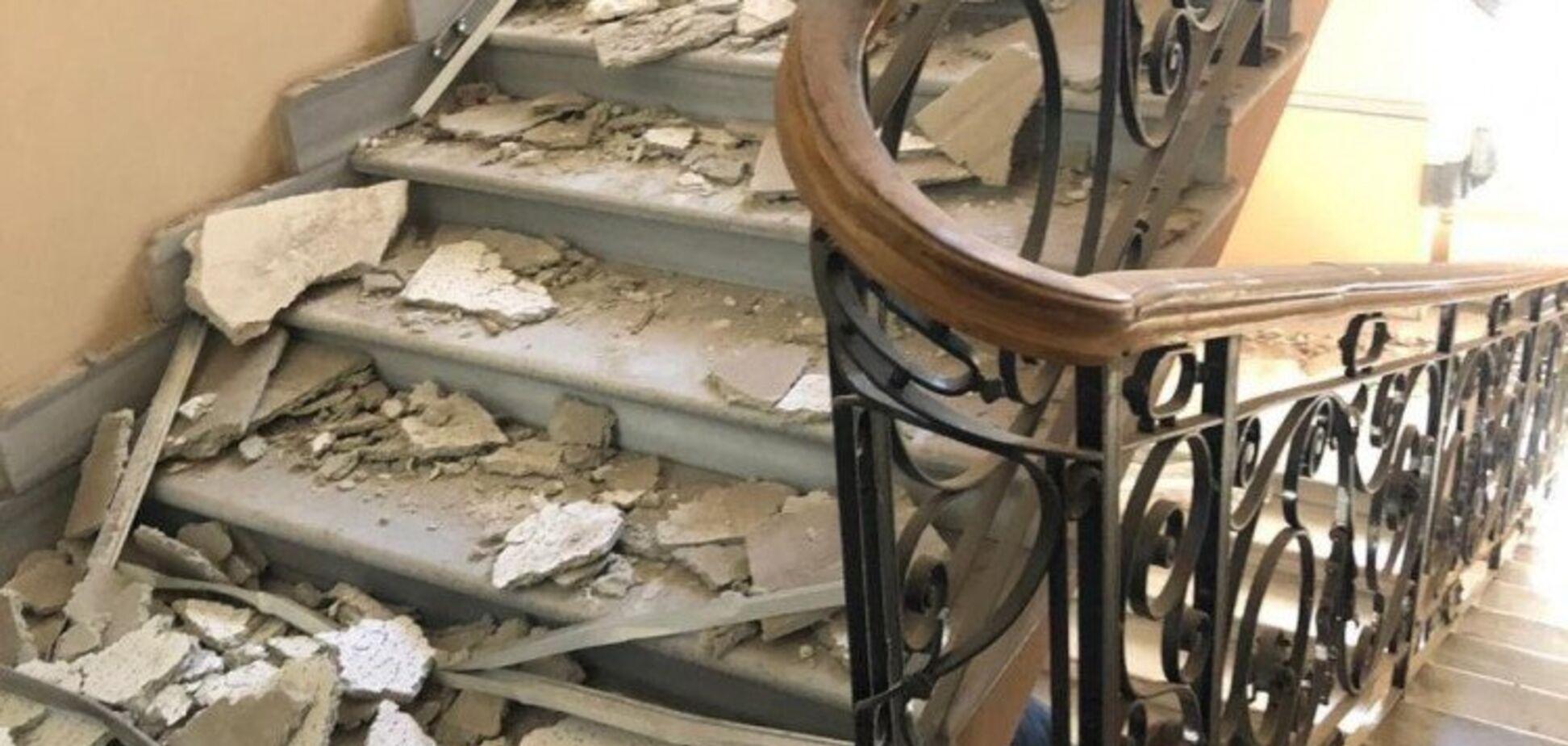 Внутри были люди: в Одессе в здании полиции обрушился потолок. Фото