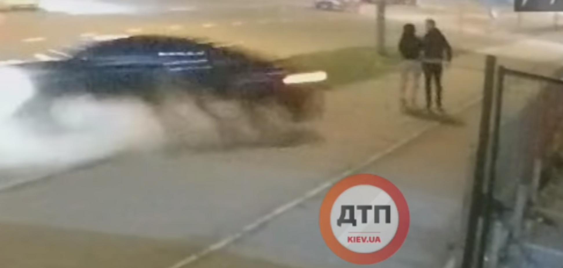 В Киеве Lexus раздавил пешеходов: момент аварии попал на видео. 18+