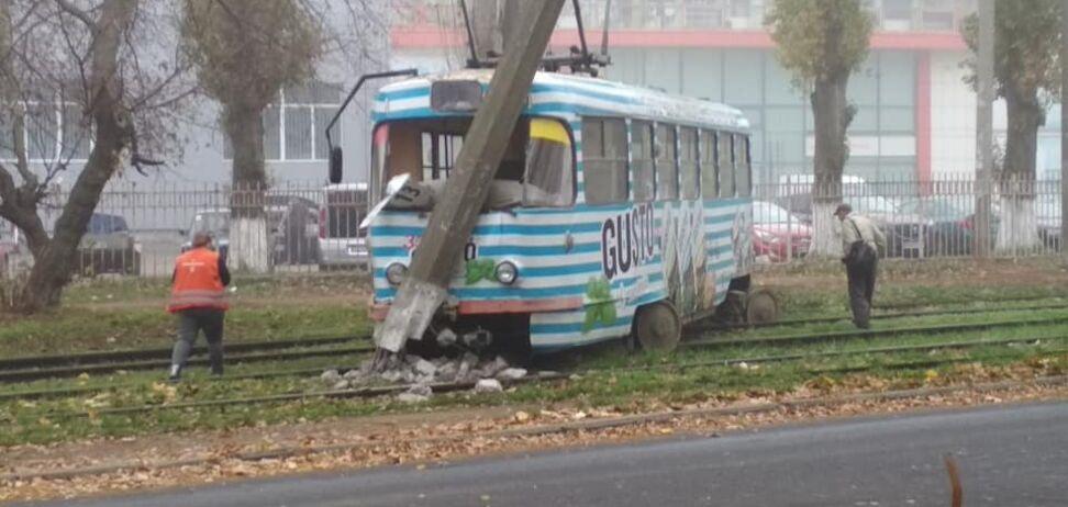 В Одессе трамвай с пассажирами врезался в столб. Фото
