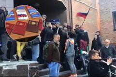 Гастарбайтеры и бюджетники: кто получает российские паспорта на Донбассе