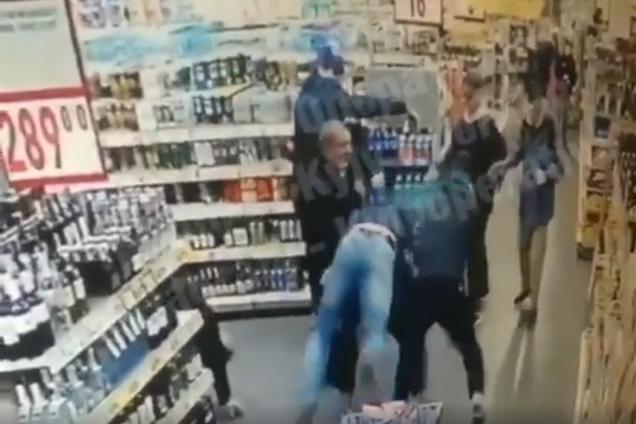 У Києві банда підлітків побила охоронця супермаркету