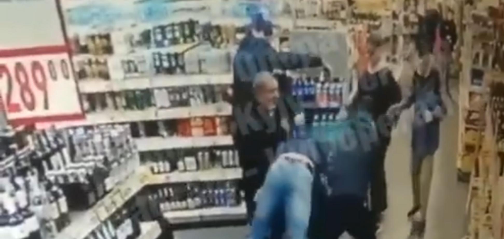 У Києві банда підлітків двічі за день побила одного й того ж охоронця в магазині: відеофакт