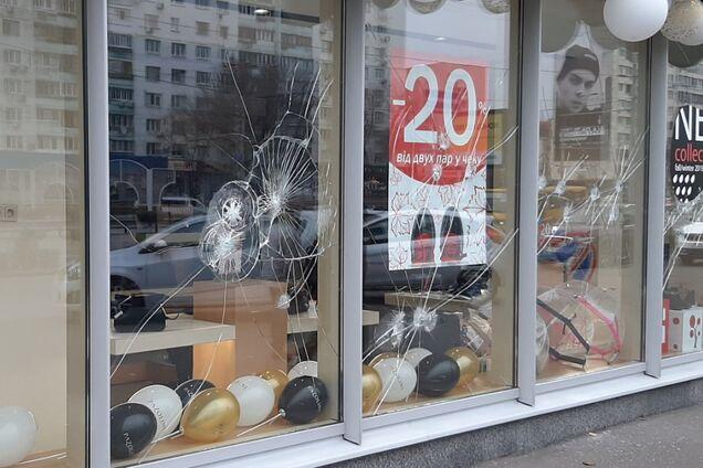 """В Киеве """"атаковали"""" витрину российского магазина"""