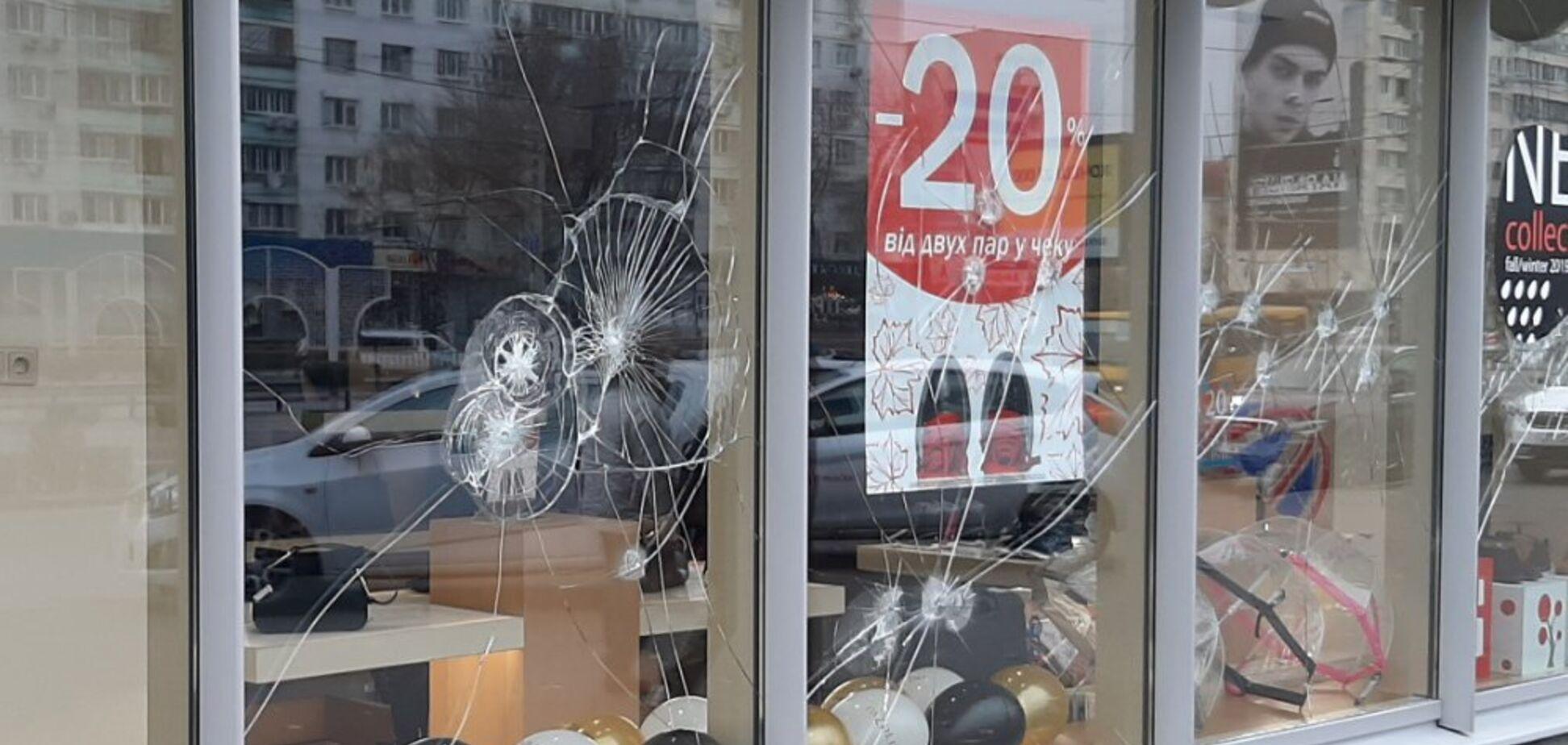 В Киеве 'атаковали' витрину российского магазина