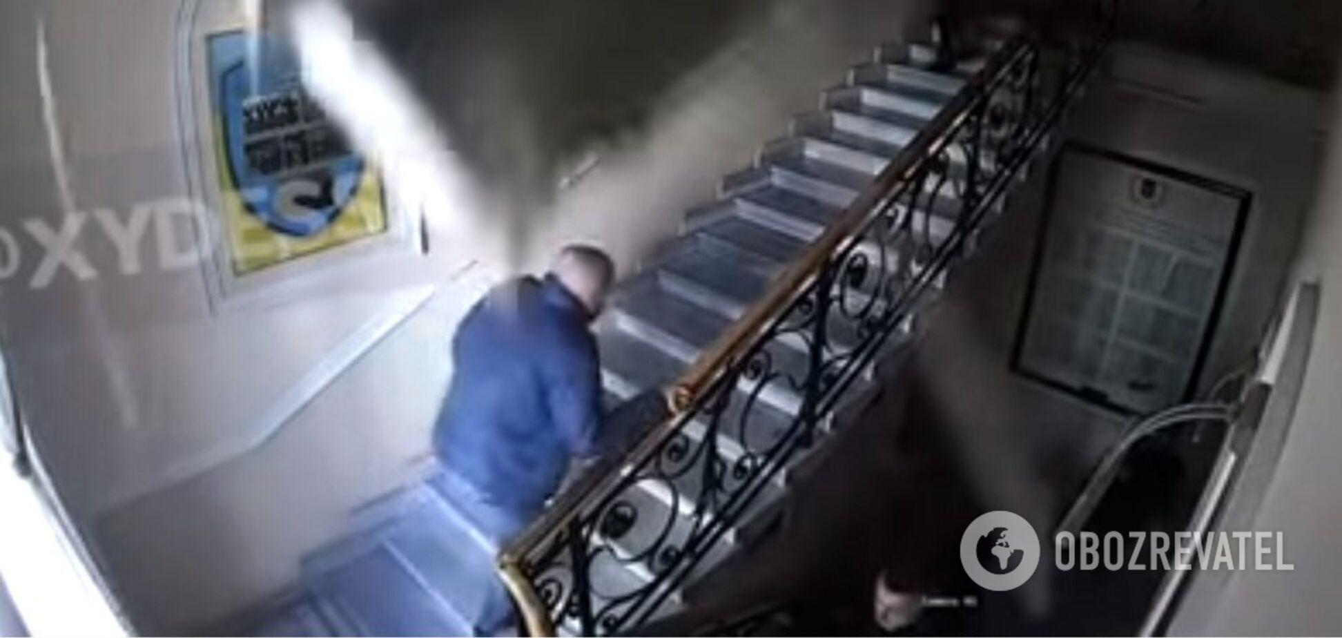Люди спаслись чудом: появилось шокирующее видео обвала потолка в здании одесской полиции
