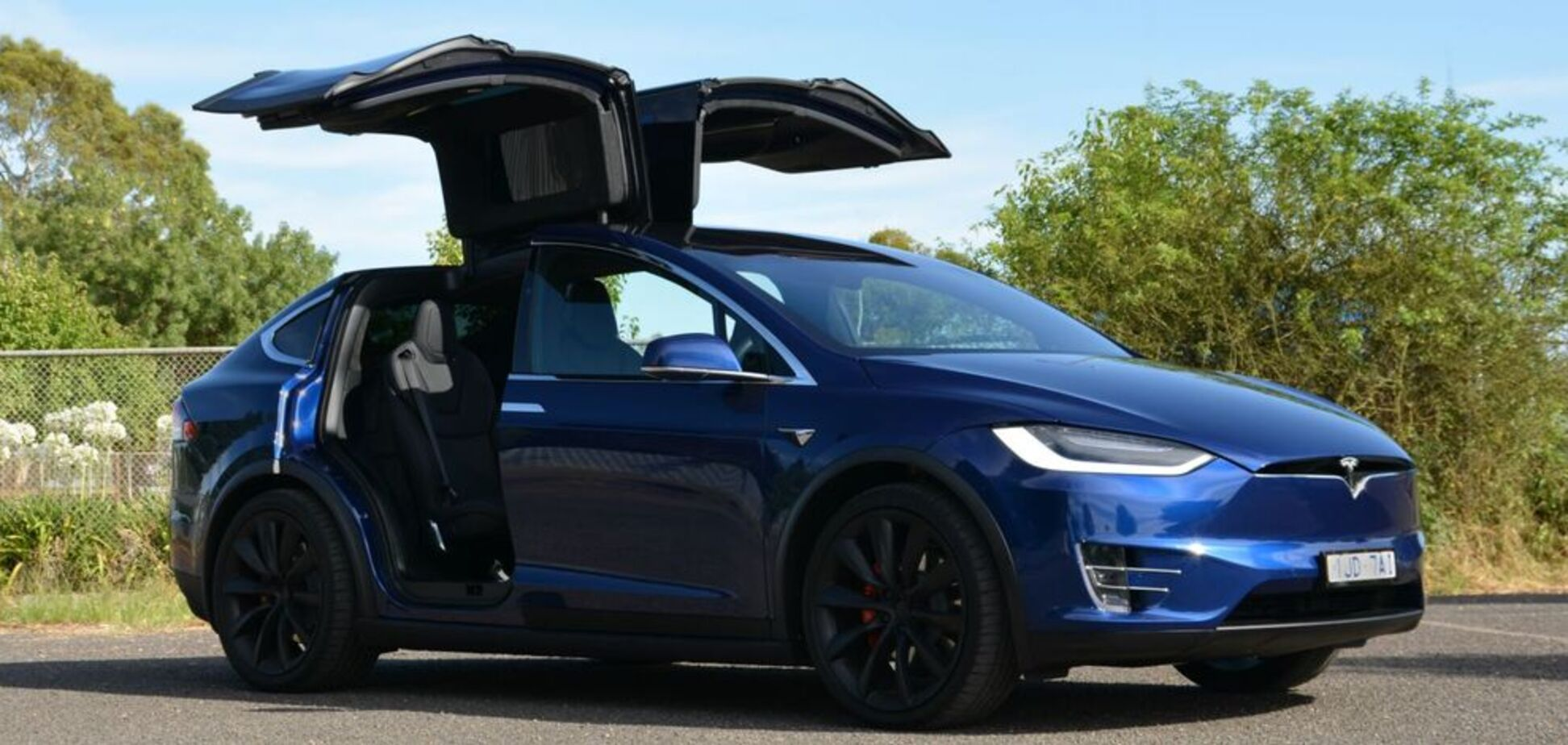 У Києві помітили топовий електрокар Tesla Model X: фото