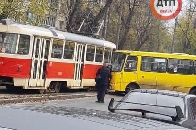 У Києві маршрутка влетіла у трамвай