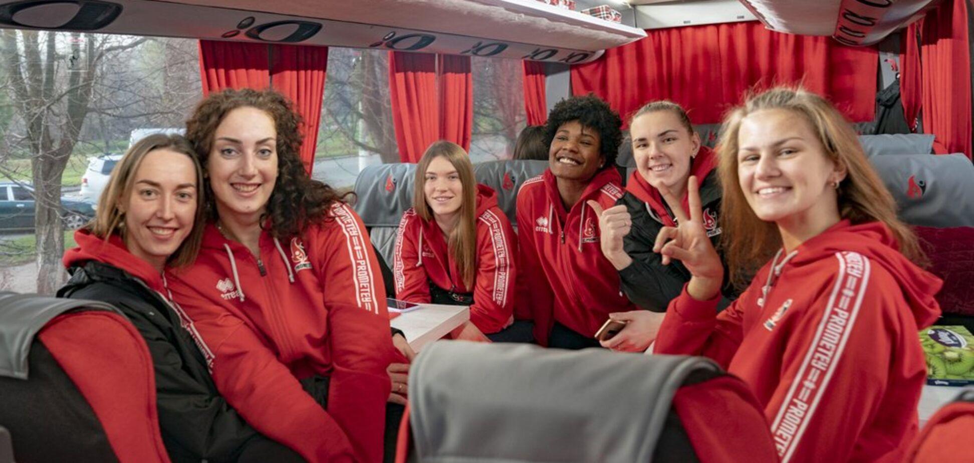 Президент СК 'Прометей' Володимир Дубинський подарував волейболістка сучасний автобус