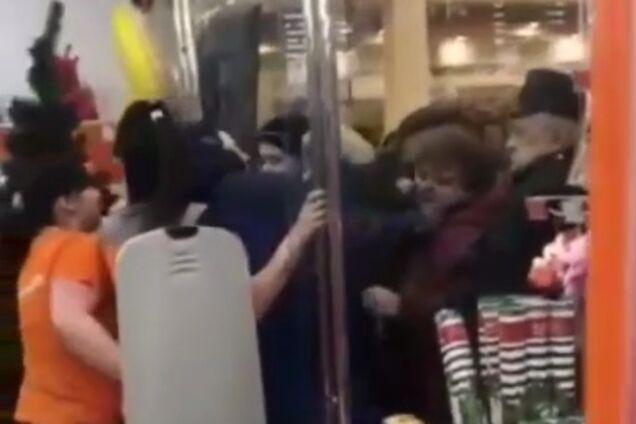 В России чуть не растерзали продавцов магазина из-за скидок