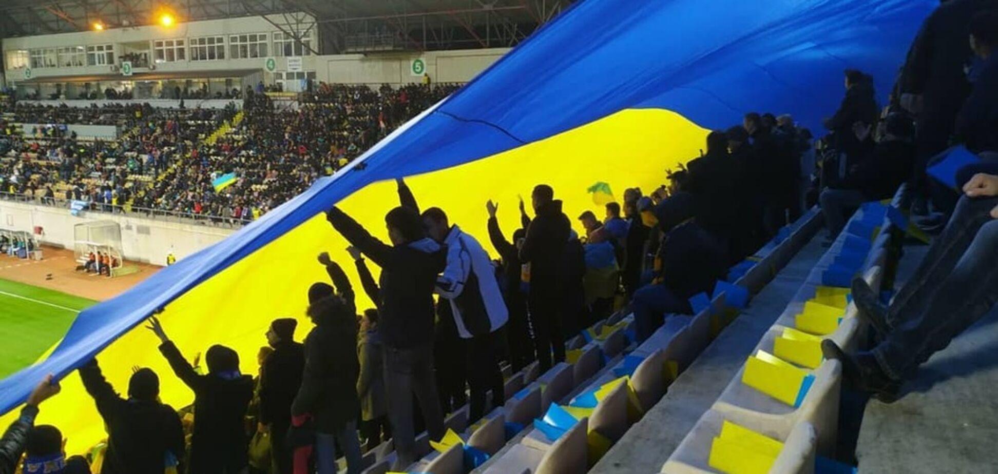 Стадион в Запорожье фантастически исполнил гимн Украины перед матчем сборной