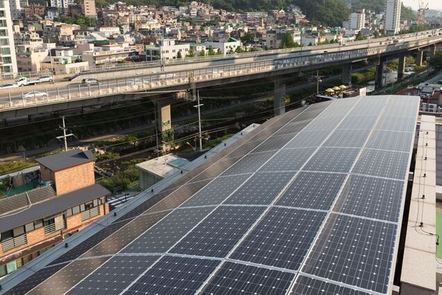 Сонячні панелі на муніципальному будинку в районі Сеула Содемунгу