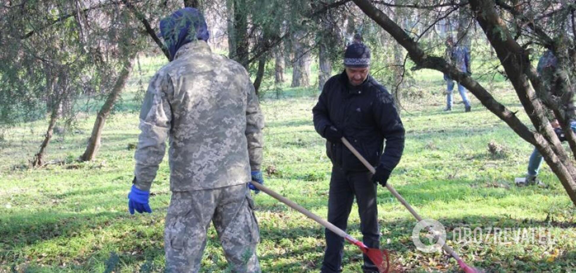 Перевоспитание трудом: в Днепре должников-алиментщиков заставили убирать парки