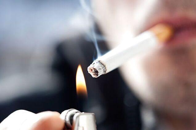 На Прикарпатті учні зняли відео, на якому викладач курить і лається посеред занять