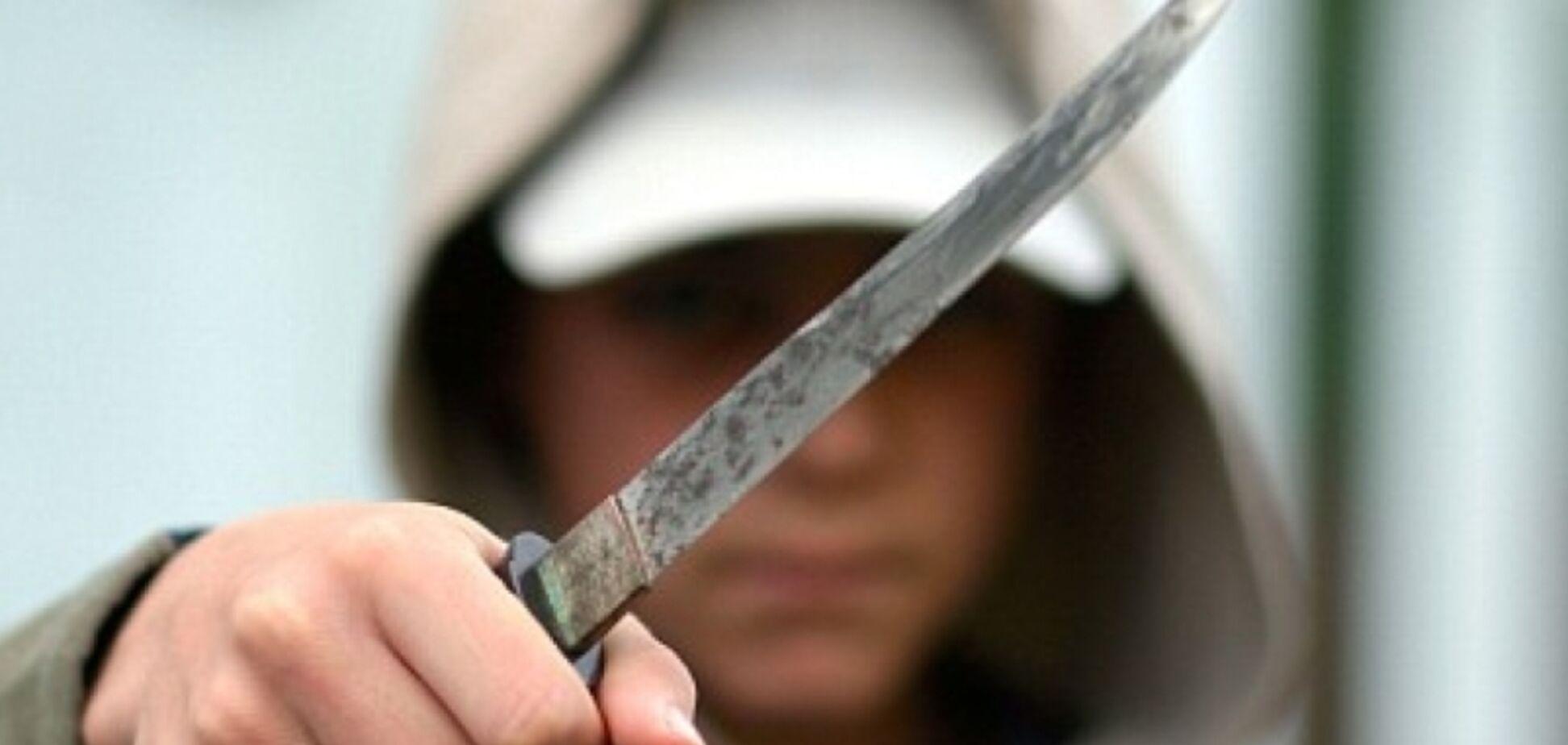 Отбирают телефоны и угрожают: в Днепре вооруженные подростки запугали весь город