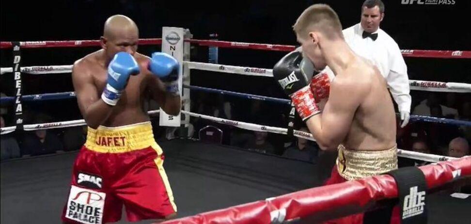 Знаменитий український боксер переміг потужним нокаутом в чемпіонському бою