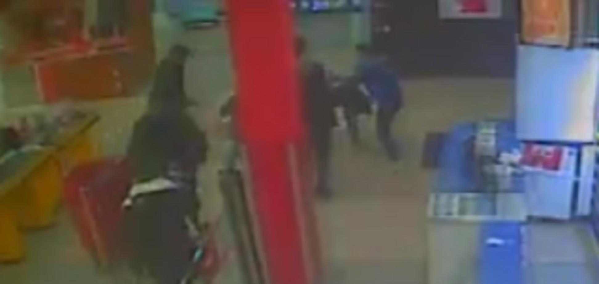 Полиция задержала парней, которые издевались над охранником в Киеве