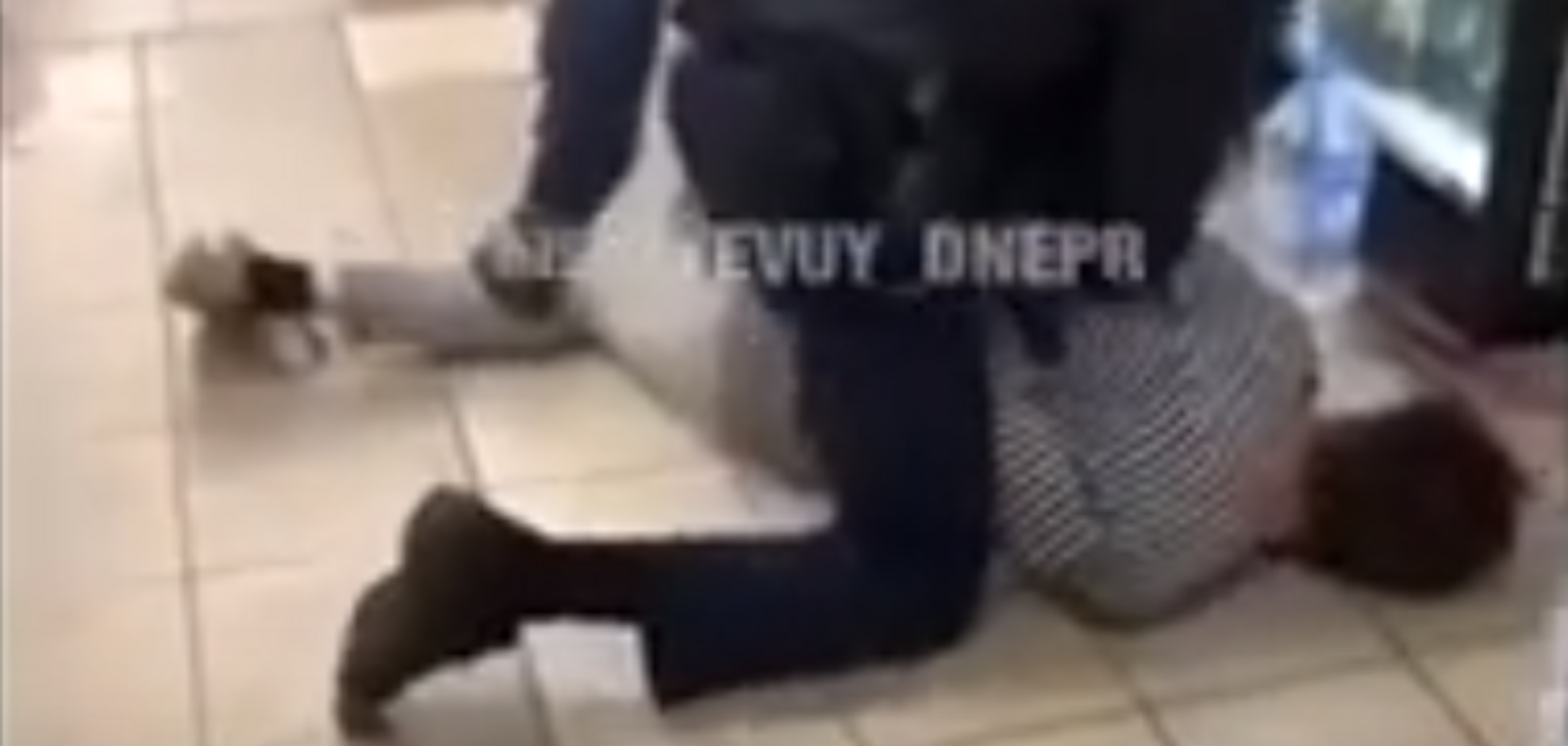 В Днепре в супермаркете 'аннулировали' опасного дебошира. Видео