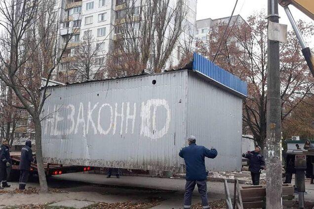 В Киеве начали массово сносить МАФы