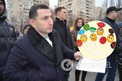 Цукерки за паспортом: у Києві депутат попався на 'підкупі' батьків школярів