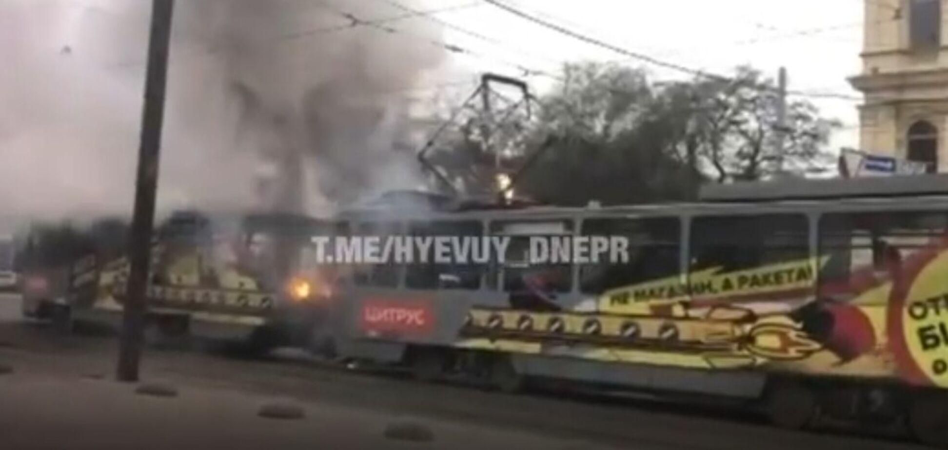 'Вылетели, как пробка из шампанского': в Днепре на ходу загорелся трамвай с пассажирами. Видео