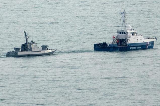 Украинский корабль в сопровождении судна береговой охраны РФ