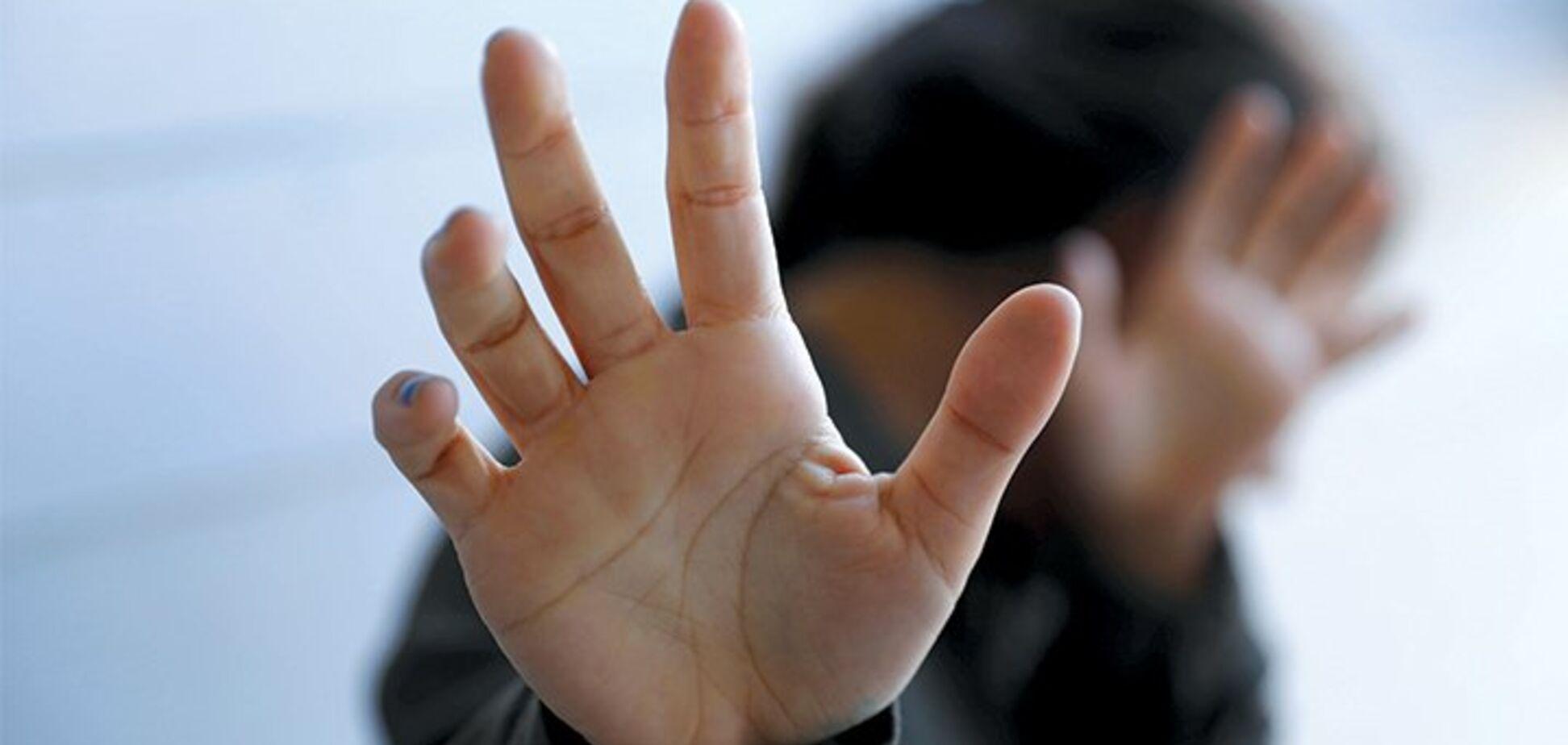 Девушка против парня: в Харькове школьники посреди улицы устроили жестокую драку. Видео