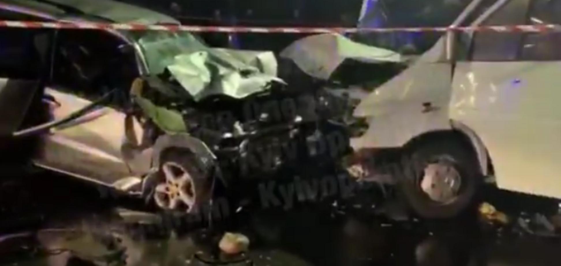 У Києві лоб у лоб зіткнулися мікроавтобус і позашляховик: дві жертви, майже десять поранених. Фото й відео