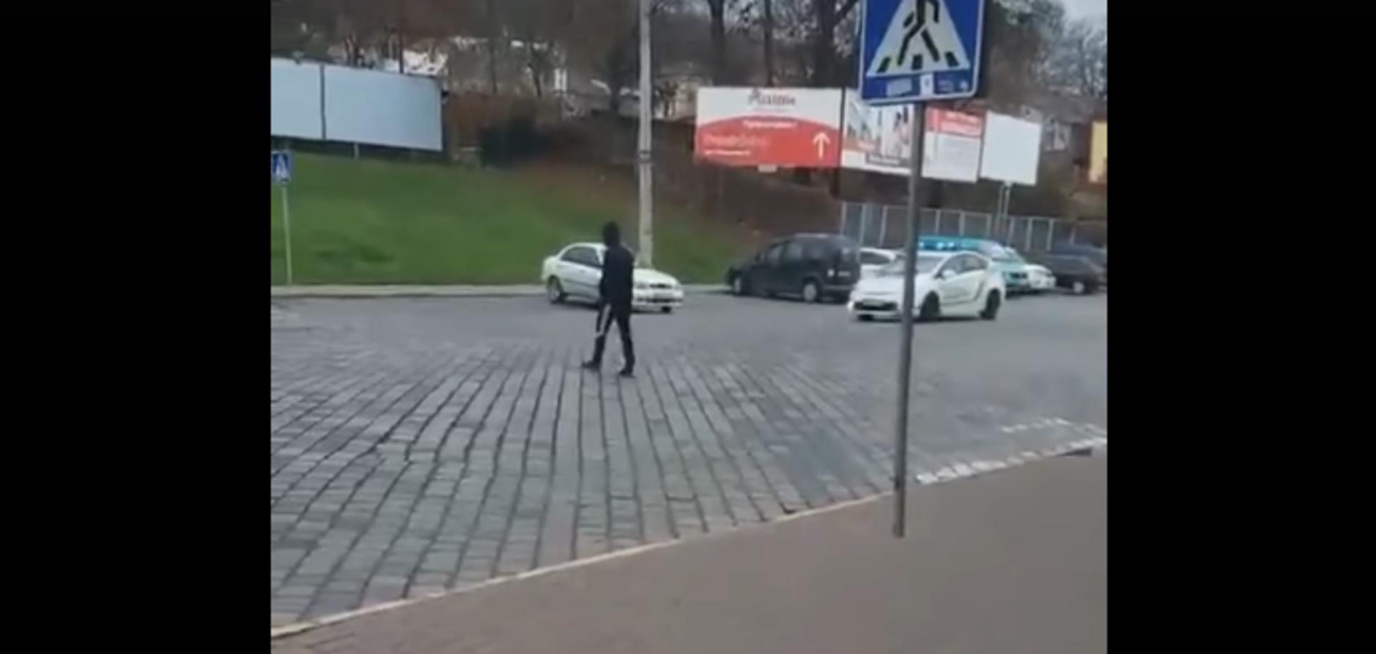 Ради лайков: парень устроил 'паркур' на полицейском авто в Черновцах. Видео дерзкой выходки