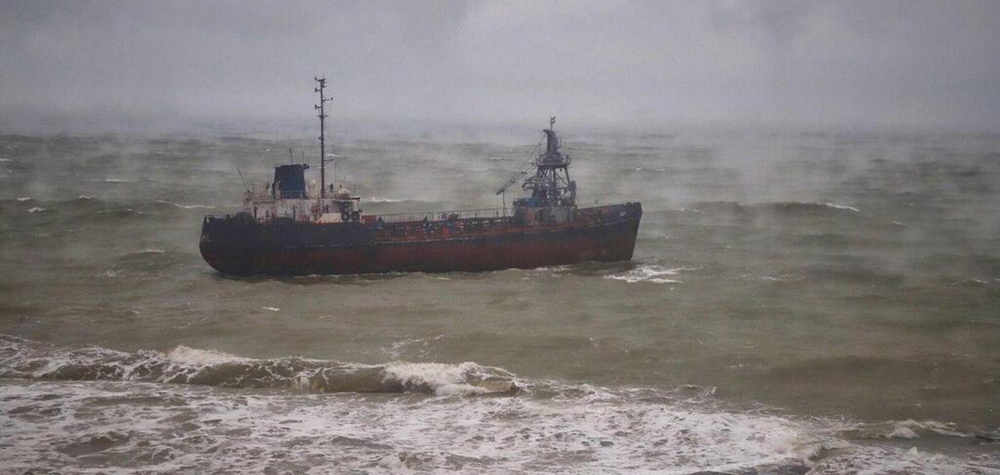 В Одессе корабль потерпел бедствие из-за страшного шторма. Фото и видео