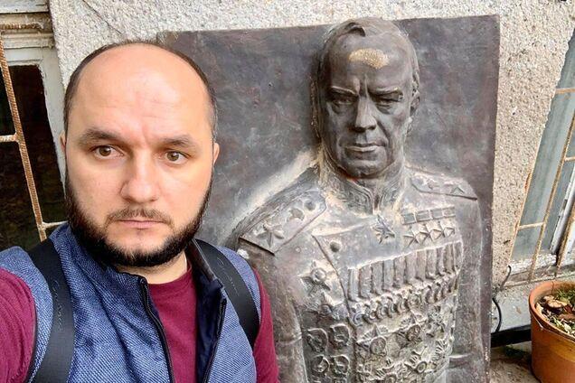 Богдан Гиганов возле барельефа Жукову в Одессе