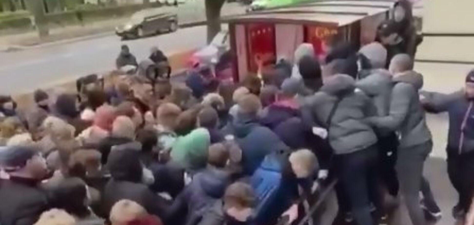 'Европа все ближе!' Украинцы штурмом взяли секонд-хенды. Видео