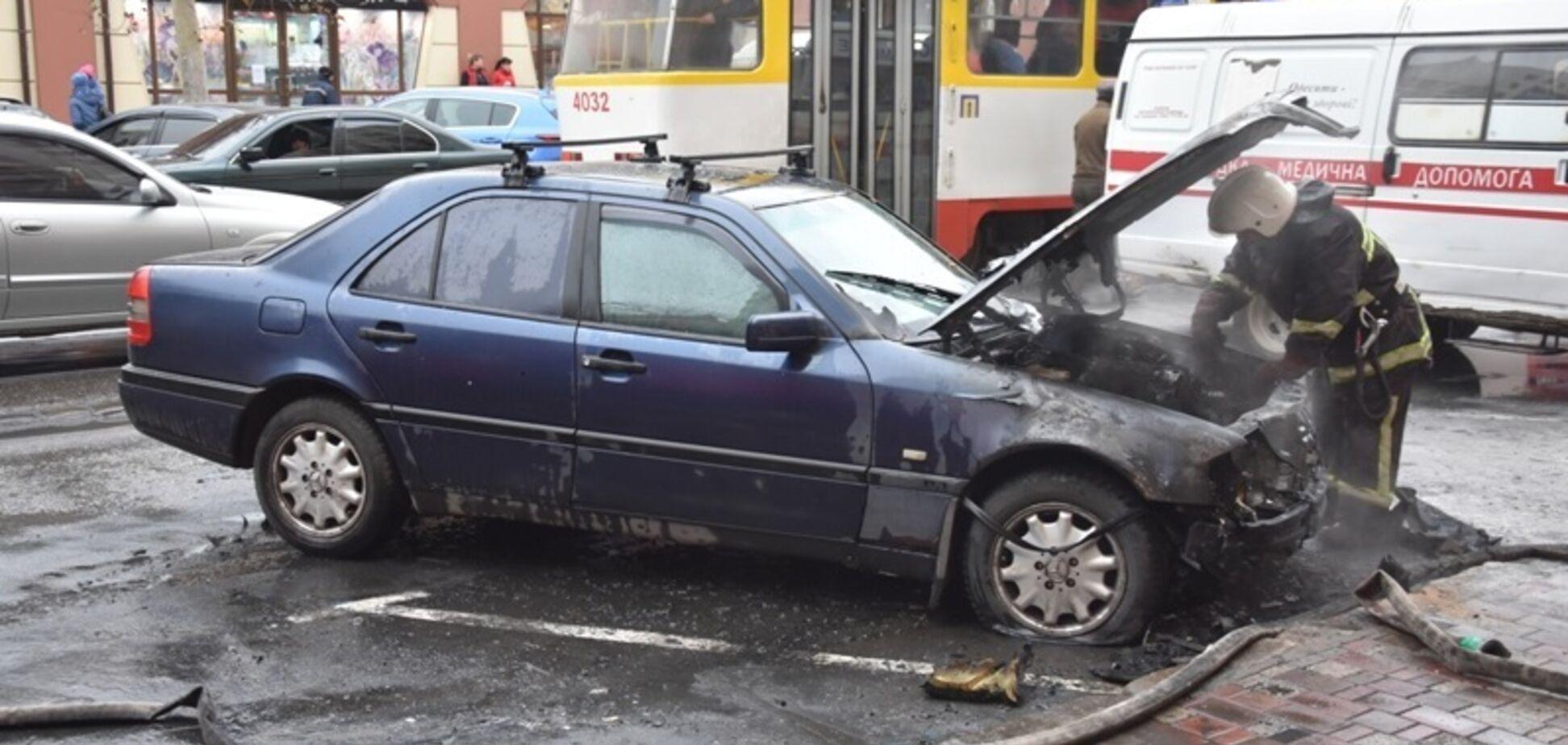 В Одесі біля 'Привозу' згорів Mercedes