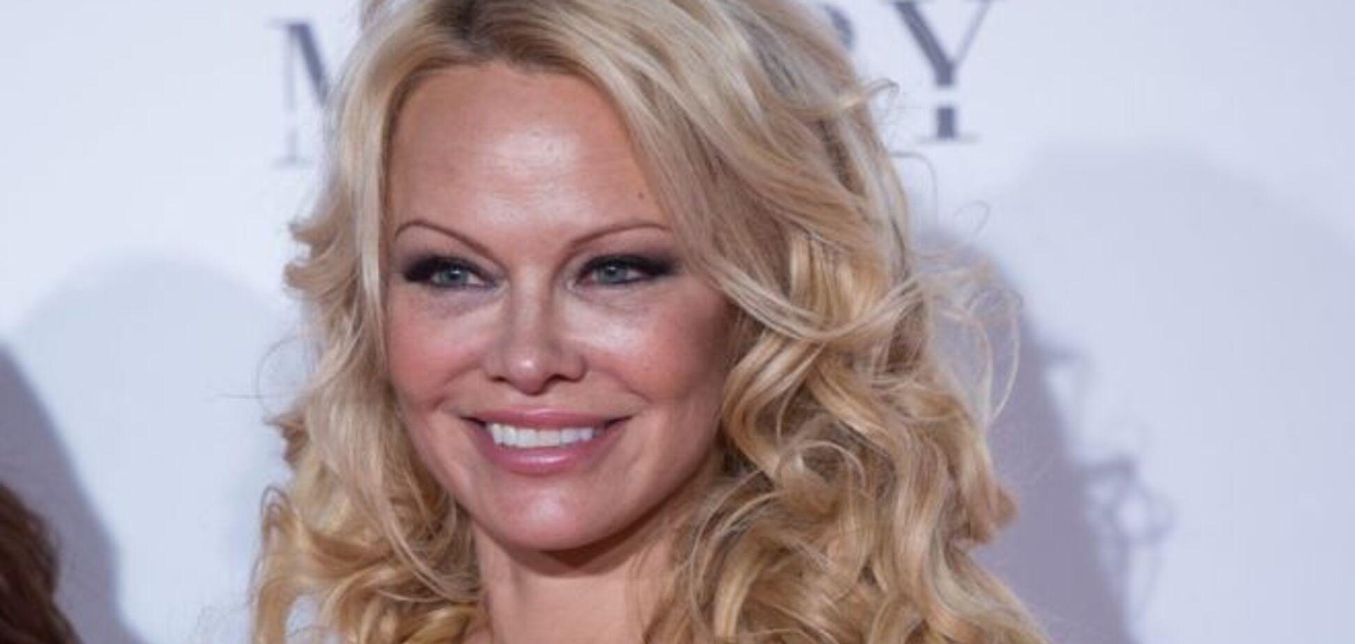 52-річна Андерсон засвітила великі голі груди на нових фото
