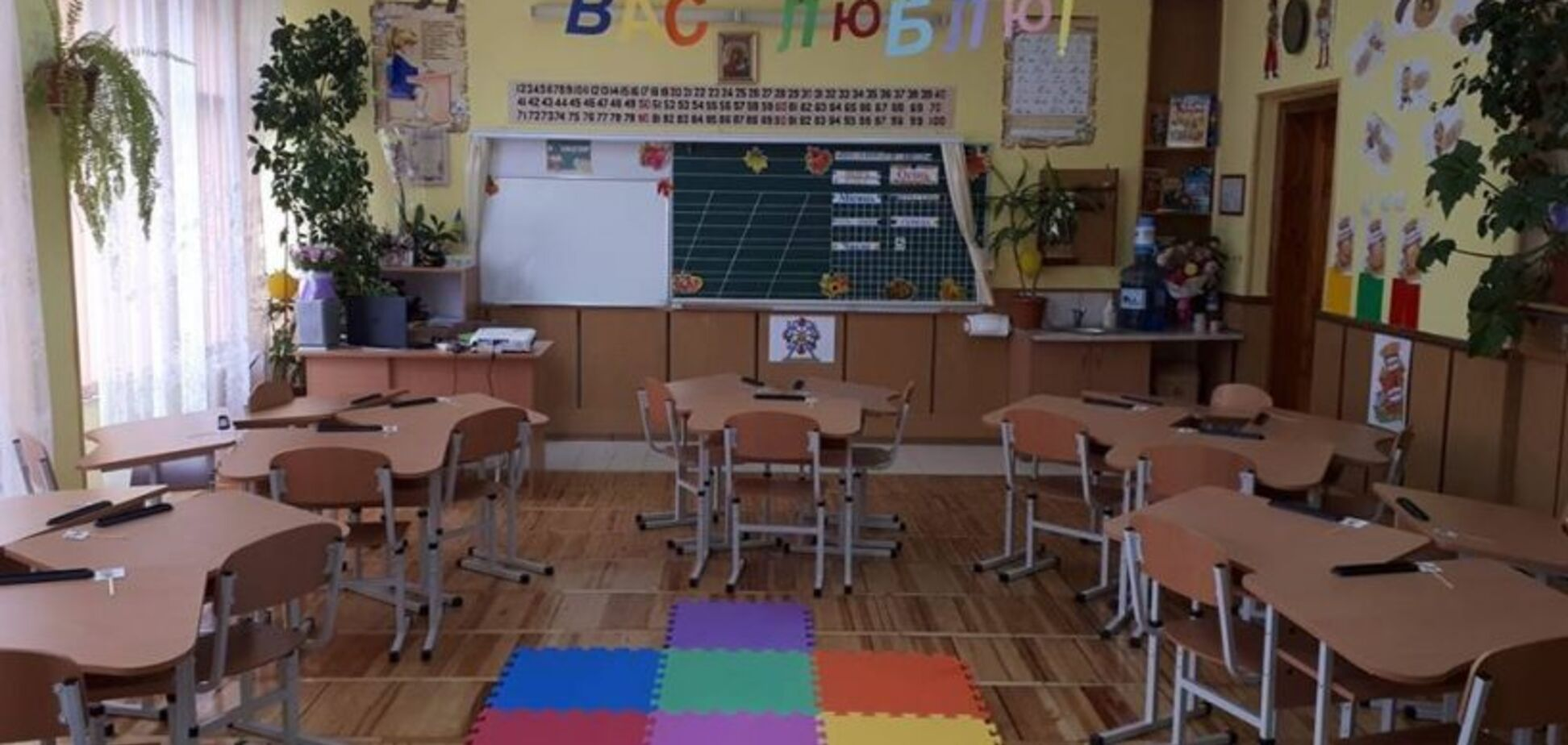 'Ще б килима на стіну!' У школі Львова зганьбилися меблевим мотлохом. Фото